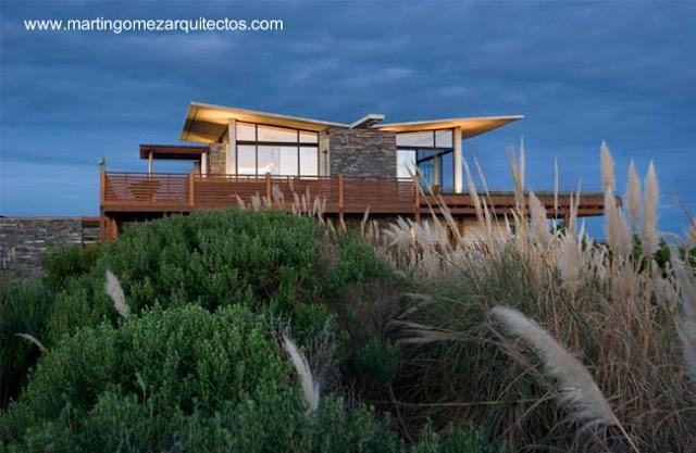 Casa de playa de madera y piedra en Punta del Este, Uruguay