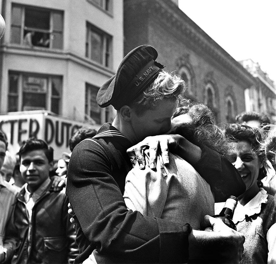 60 + 1 Heart-Warming Historical Pictures That Illustrate Love During War - A Kiss In Times Square Displays The Mood Of The World On V-E Day, New York, May 8, 1945