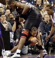 smešna fotografija: košarkaš ispod nogu