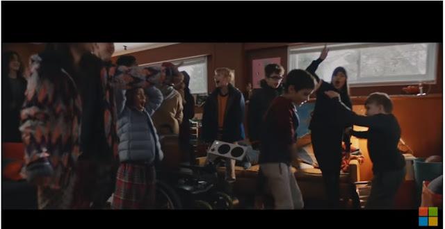 grupo de niños festejando el logro de un niño usuario del mandó adaptado de Xbox