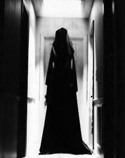 Mujer vestida de negro leyenda