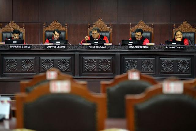 Ketua Mahkamah Konstitusi (MK) Arief Hidayat (tengah) didampingi Hakim MK memimpin sidang dengan agenda pembacaan putusan di gedung Mahkamah Konstitusi, Jakarta, Selasa (10/10). Dalam sidang tersebut Mahkamah Konstitusi memutus lima perkara yakni Pengujian UU tentang Narkotika, pengujian UU No.8 Tahun 1981 Pasal 83 ayat (1) dan Pasal 197 ayat (1) tentang Hukum Acara Pidana, Pajak Daerah dan Retribusi Daerah, Pajak Daerah dan Retribusi Daerah, dan pengujian Pasal 255 ayat (1) dan ayat (2) UU No.17 Tahun 2014 tentang MPR, DPR, DPD dan DPRD. ANTARA FOTO/Wahyu Putro A/kye/17(ANTARA FOTO/WAHYU PUTRO A)