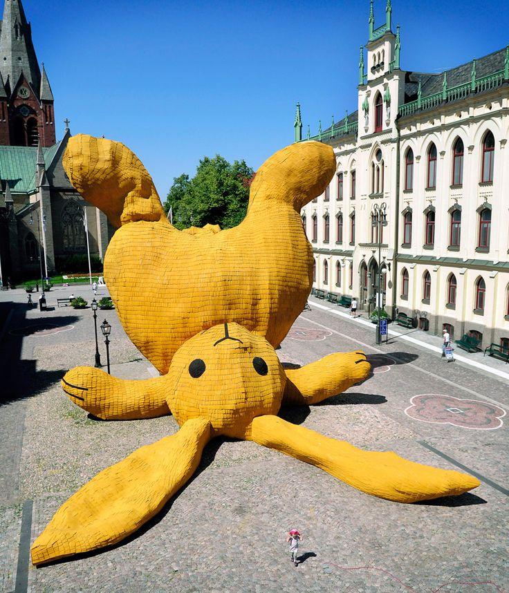 escultura gigante Big Yellow Rabbit Florentijn Hofman sweden