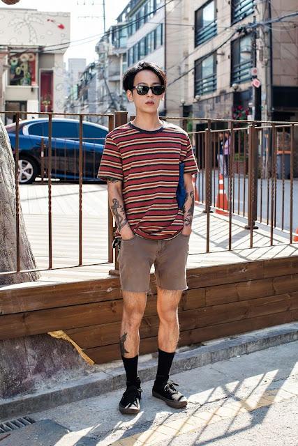 Look masculino com Meias Longas e Camiseta Listrada