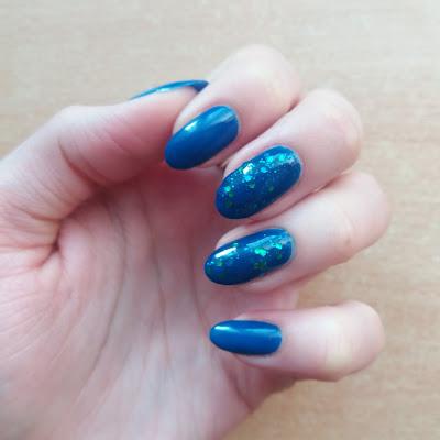 Niebieski lakier z syrenim ogonem