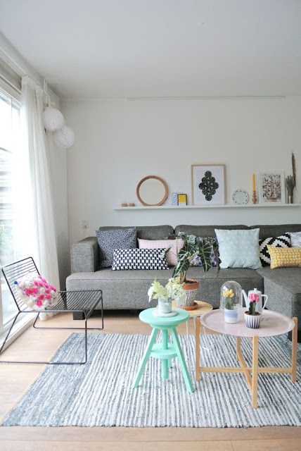 mesa-de-centro-mais-banquinho-na-decoração-da-sala