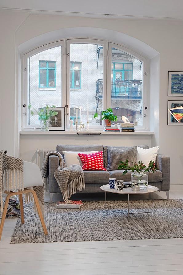Salón de piso pequeño en tonos grises y blancos
