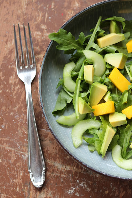 Salat mit Rucola, Mango, Avocado und Gurke