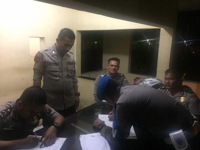 Foto terakhir sekali Korban Ipda Anumerta Sigalingging (duduk paling ujung kanan) berdampingan dengan Brigadir Ginting pada Sabtu malam(24/6) saat menerima piket provoost melakukan pengecekan