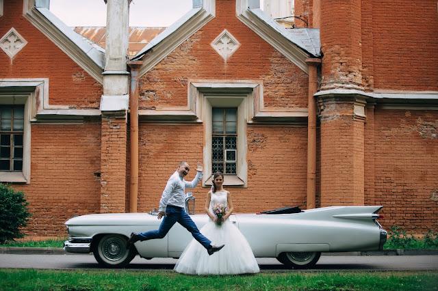 жених и невеста на фоне кабриолета