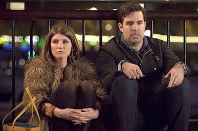 Las caras de Sharon y Rob lo dicen todo en una escena de Catastrophe