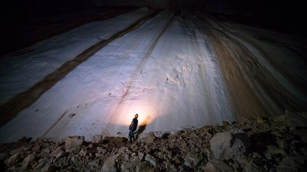Un astronauta admira una pared de 100 m durante el curso de entrenamiento subterráneo.