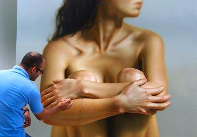 Pintura hiperrealista de una mujer.