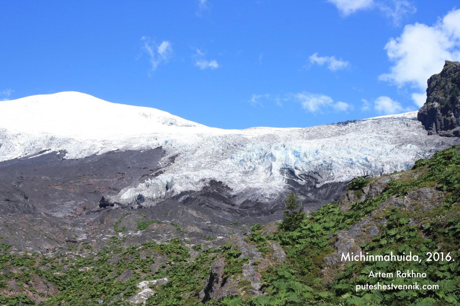 Ледник в горах возле вулкана Мичинмахуида