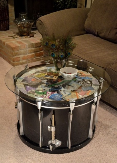 Meja (coffee table) terbuat dari drum.
