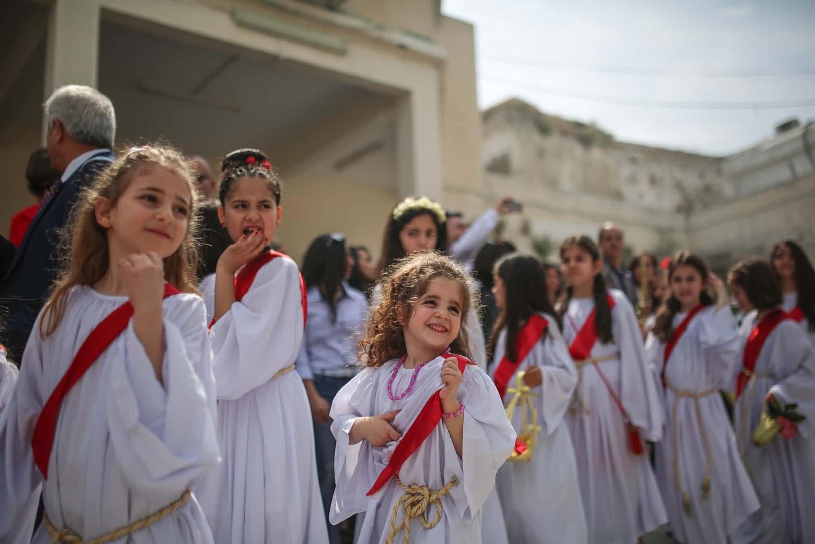 Православні християни у місті Газа святкують вербну неділю.