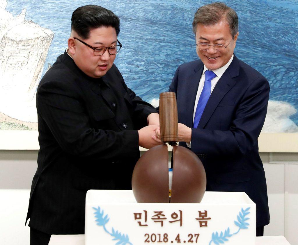 Kim Jong Un y Moon Jae-in cruzaron al frontera juntos este viernes / EFE