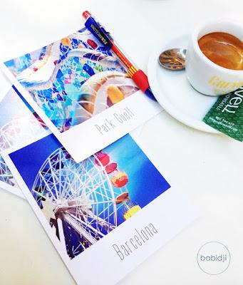 Tasse de café et cartes postales à Barcelone