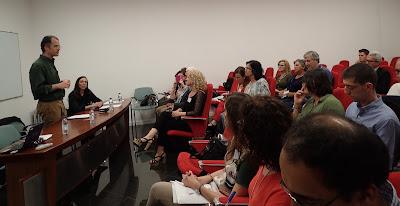 Fotografia com participantes e oradores, no 4º Fórum CONVIDA