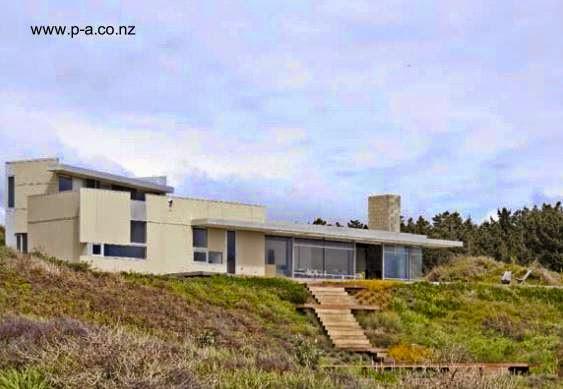 Vista de la residencia desde lo bajo del terreno entre la casa y el mar
