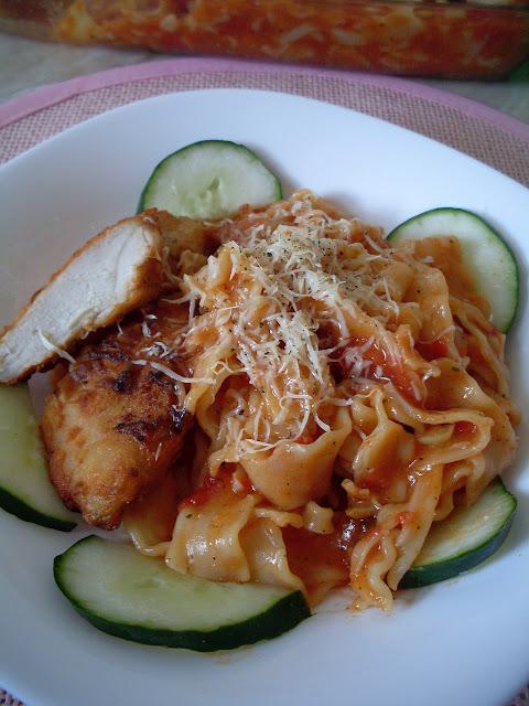 Pileće meso i testenina u paradajz sosu