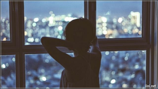 ảnh cô gái buồn trong căn phòng vắng