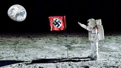 Astronaut auf dem Mond neben Flagge lustige Spassbilder
