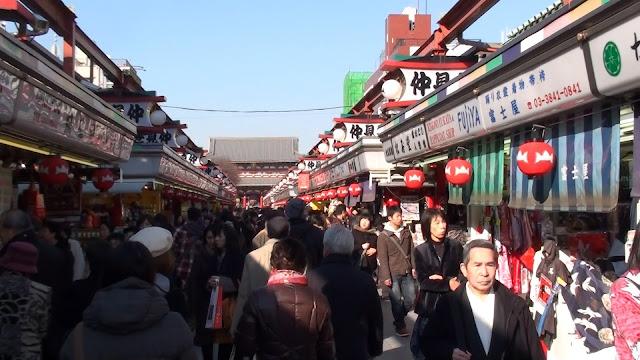 Tiendas en el templo de Asakusa en Tokio
