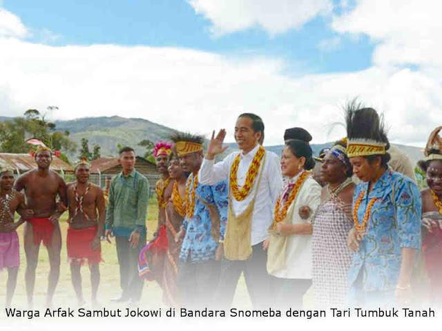 Warga Arfak Sambut Jokowi di Bandara Snomeba dengan Tari Tumbuk Tanah
