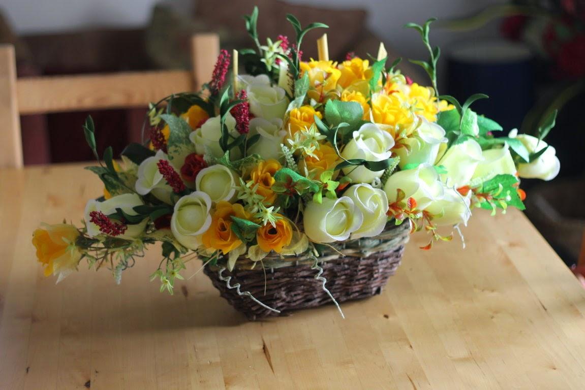 Gubahan Bunga Untuk Meja Makan Lihat Dengan Teliti Ada 4 Baris 2 Kuning Dan Putih Filler Bagi Setiap Jalur Adalah Berbeza