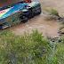 Ônibus tomba de rodovia e cai em rio no Peru