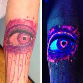 Tatuajes que brillan con luz ultravioleta