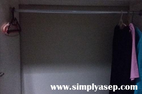LEMARI :  Dengan bentuk lemari sebesar ini saya yakin banyak yang bisa dimuat.  Jangan lupa tutup lagi lemarinya ya.   Foto Asep Haryono
