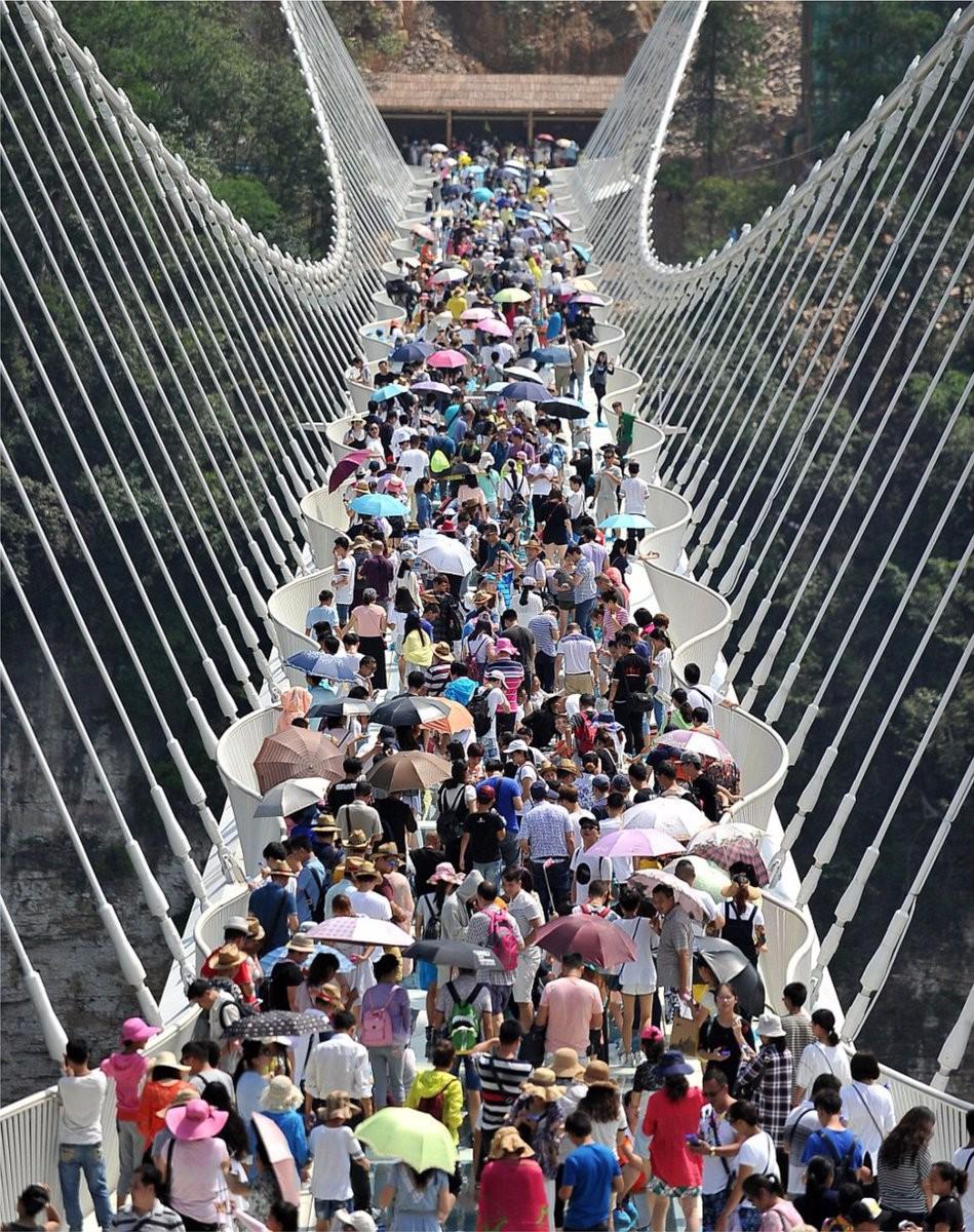 شاهد.. إغلاق الصين أطول جسر زجاجى في العالم بعد أفتتاحه بعدة أيام