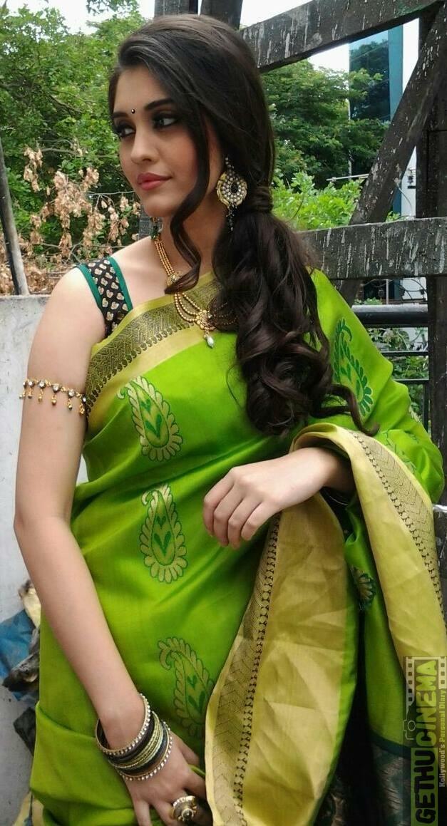 OnLy AcTrEsS: Surabhi Cute Green Saree Photos