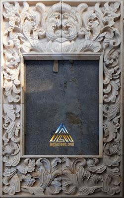 Ukiran batu alam sebagai hiasan samping jendela agar lebih indah menjadikan rumah ada unsur seni yang tinggi
