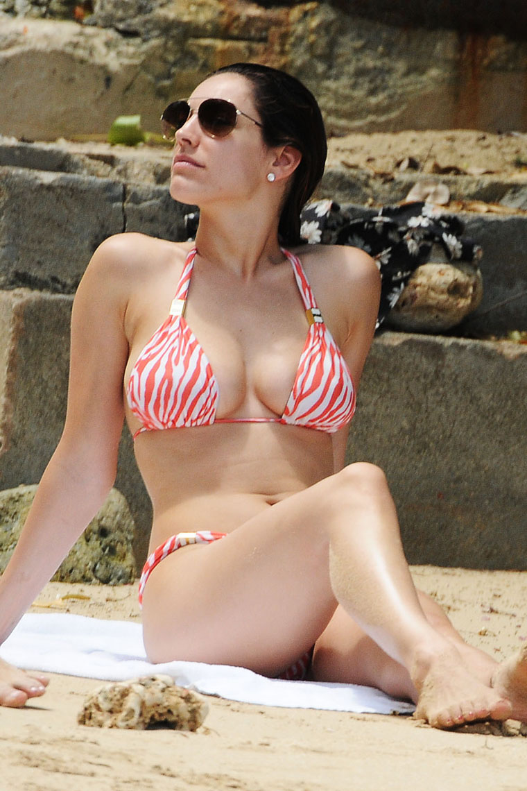Kelly Brook Hot Bikini Pics Full
