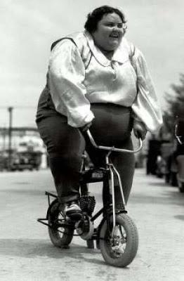 hässliche fette Frau auf Fahrrad lustig