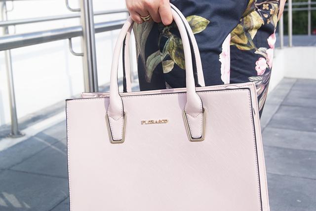 pudrowo różowa torebka elegnacka