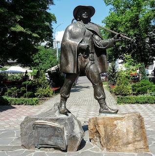 Перечин. Площа Народна. Пам'ятник Федору Фекеті