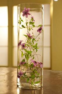 клематис в цветочной композиции
