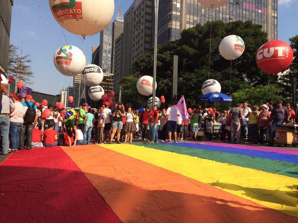 Grupos LGBT participam da manifestação pró-Governo na Paulista