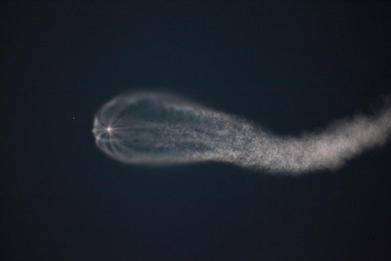 Luces de la estela de los cohetes. Baikonur.