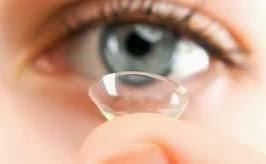 Imagen colocándose los lentes de contacto