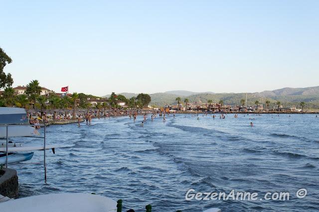 sığ Akyaka denizi ve kumluk plajı
