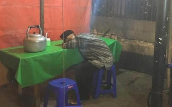 Ingat Kakek Penjual Nasi Uduk Yang Tidur di Warungnya Karena Sepi? Alhamdulillah.. Begini Kondisinya Sekarang