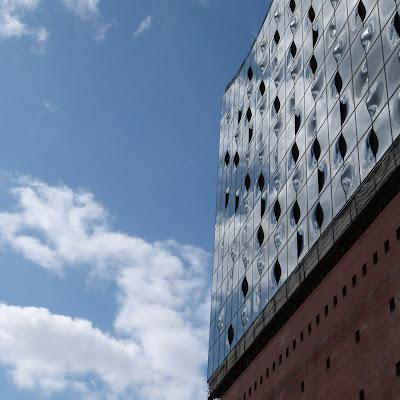 Hamburg, Elbphilharmonie, Fenster, Detail, blauer Himmel