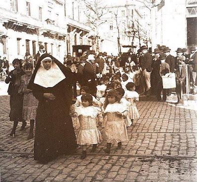 Paseo de huérfanos, la calle es 18 de julio y Cuareim