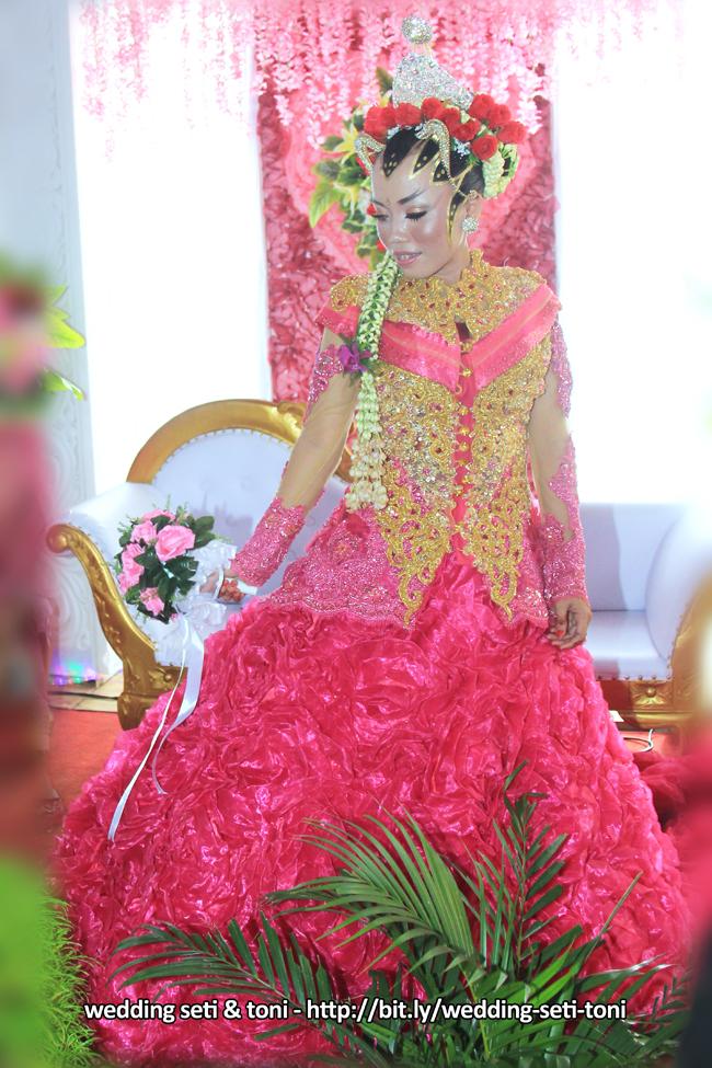 Pose Wedding SETI TONI dalam balutan busana Hijab Bridal Pink  | Foto oleh : Klikmg.com Fotografer Purwokerto
