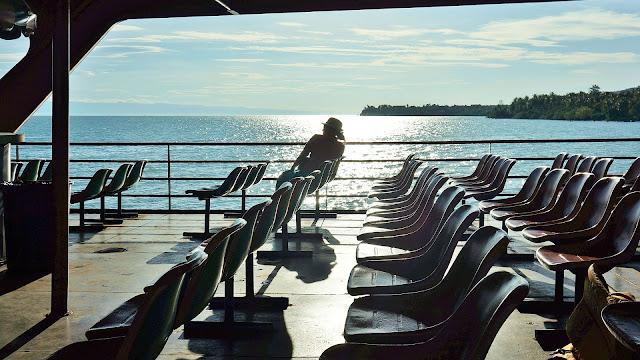 На фото - освещенная солнцем палуба парома